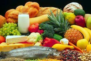 Давайте разберемся. Возможно ли при помощи продуктов эффективно улучшить работу своего сердца. Какое меню должно быть для того, чтобы самый главный орган, наше сердце, работал исправно. Выбирая продукты для сердца, каждый из нас может в разы увеличить запас своего здоровья и составить меню по собственному вкусу. Суть в выборе продуктов для сердца заключается в следующем – существенно снизить уровень холестерина в крови. Не стоит думать, что холестерин совершенно вредоносный и не полезный, наоборот, холестерин необходим для жизни клеток нашего организма. Оболочка клетки состоит на 20% из холестерина. Для того чтобы восстановить клеточные мембраны и принимать участие в создании клеток, холестерин постоянно циркулирует в крови. Потому утверждение, навеянное нам рекламой и тут же многочисленными советами врачей, будто холестерин это исключительно вредно, не совсем верно, и все далеко не так однозначно. Вред приносит чрезмерное содержание холестерина в крови. Да и с этим наш организм вполне может справляться — потребляя необходимую дозу холестерина, а излишек выводя. Но, у многих людей из-за неправильного питания, стрессов и генетической предрасположенности холестериновый метаболизм часто бывает нарушен. Потому лишний холестерин не выводится из организма, а откладывается на стенках сосудов. Именно данная ситуация и грозит нам ожирением, ишемией, инфарктом, инсультом и атеросклерозом. Если вы знаете, что уровень вашего холестерина зашкаливает, первое что необходимо предпринять – это ограничить потребление продуктов содержащих холестерин. Меньше животного жира, больше полиненасыщенных и растительных волокон.