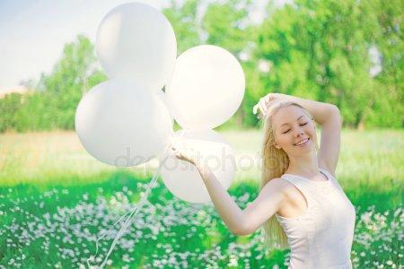 Женщина оптимистка с шариками