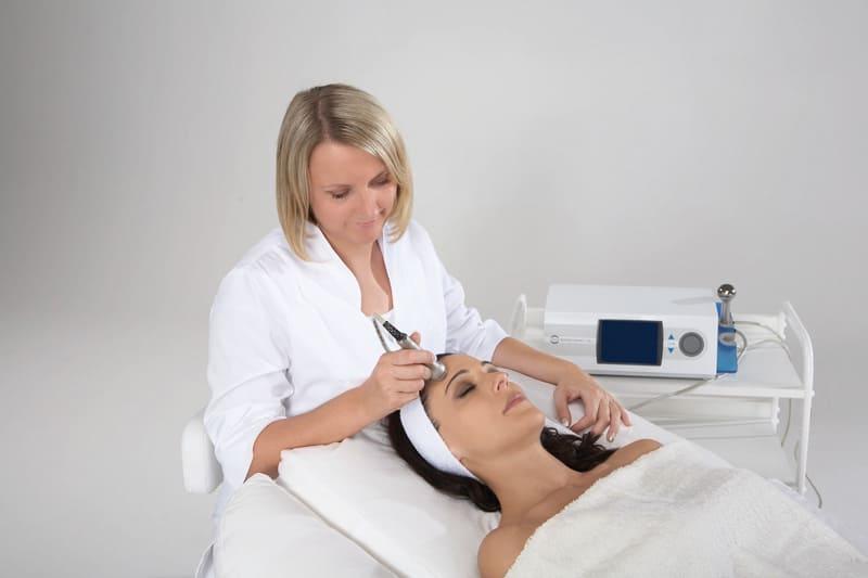 Уход за кожей лица с помощью ультразвуковой терапии