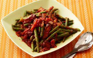 Салат — Зеленая стручковая и тушеная фасоль с помидорами