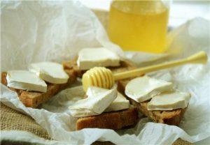 Бутерброды с козьим сыром и медом