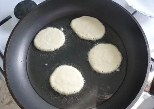 Выложили тесто ложкой на сковородку