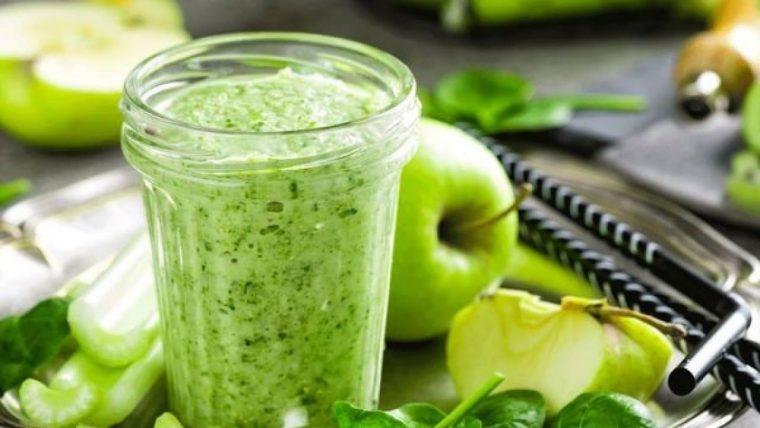Зеленый коктейль яблоко, салат и лимон