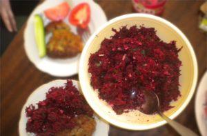 Свекольный салат с петрушкой, орешками и чесноком