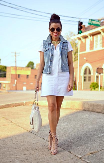 Джинсовая жилетка и короткое платье
