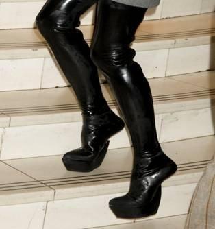 Обувь на латексе