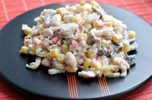 Овощной салат с крабовыми палочками и сыром