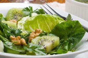 Салат из зелени с орехами и киви