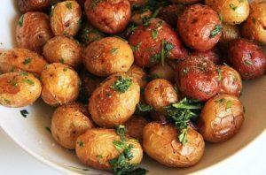 Запеченный молодой картофель в духовке и кожуре